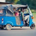 Das Fahren von Tuk Tuk in Tansania, Kenia
