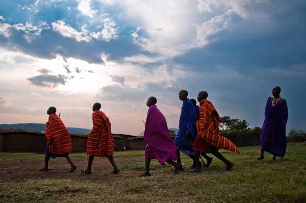 Maasai Männer tanzen zu verschiedenen Festen