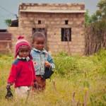 Geschwister im afrikanischen Dorf, Kenia
