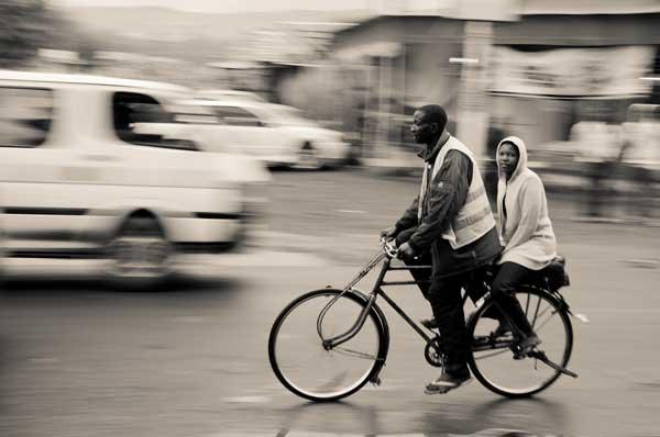 Einheimische auf dem Rad in Eldoret